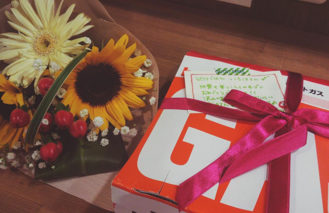 お花とガスボンベ